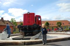 53-Lokomotiv-vendes-paa-drejeskiven-i-Mariager-foto-Carsen-Lindby