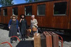 Tre-noble-damer-klar-til-afrejse.-Foto-AsgerChristiansen