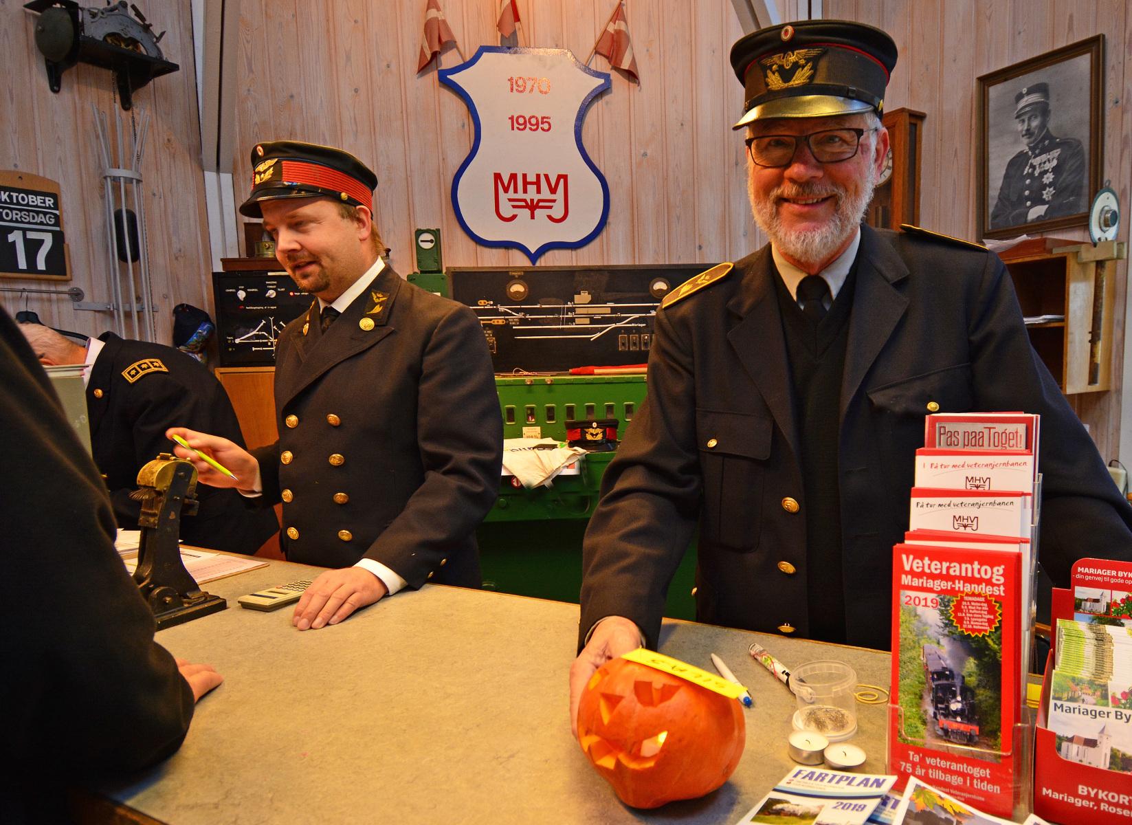 Der-saelges-Halloween-billetter-paa-kontoret.-Foto-Asger-Christiansen