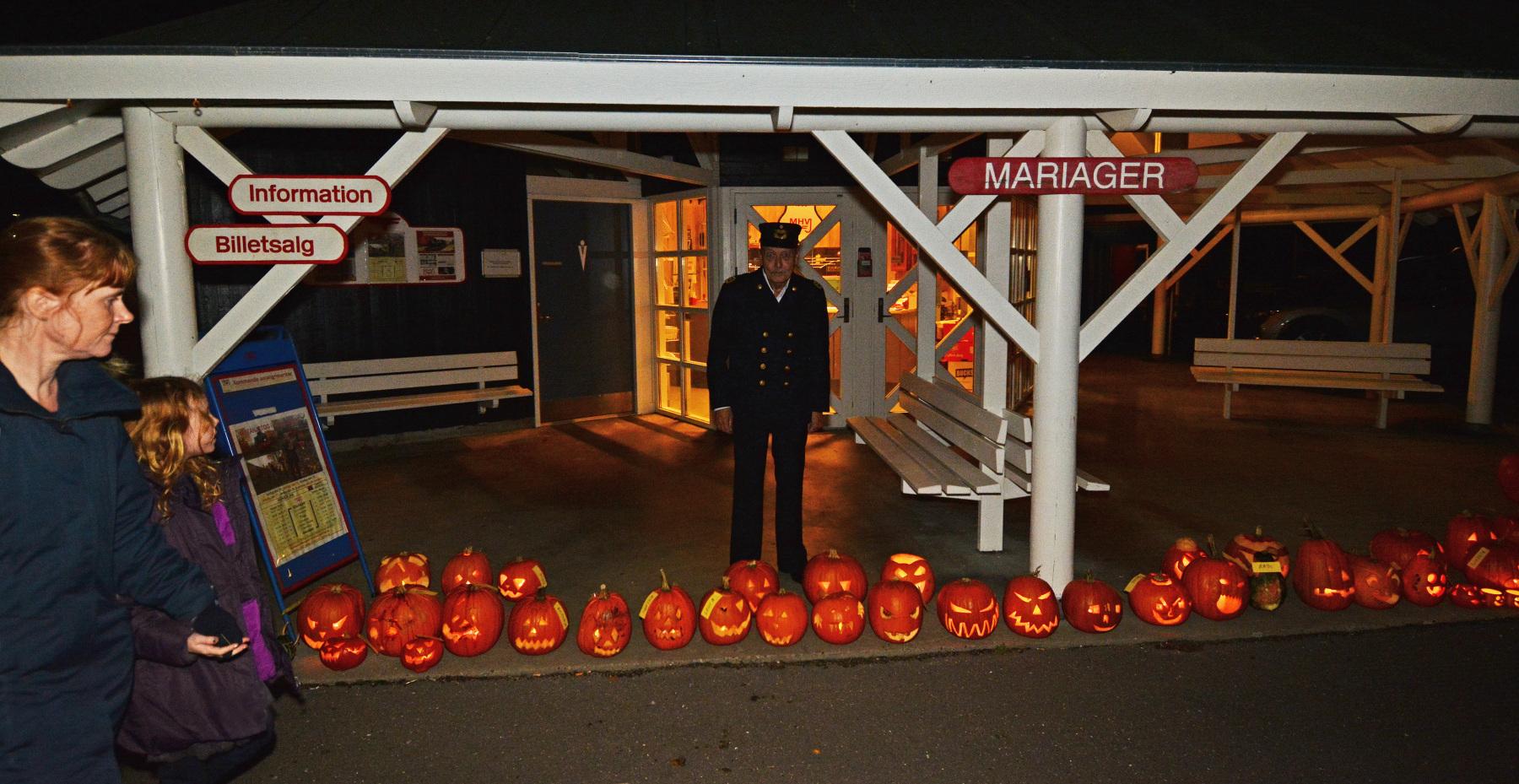 Mariager-station-med-flotte-Halloween-lamper-fotoAsgerChristiansen