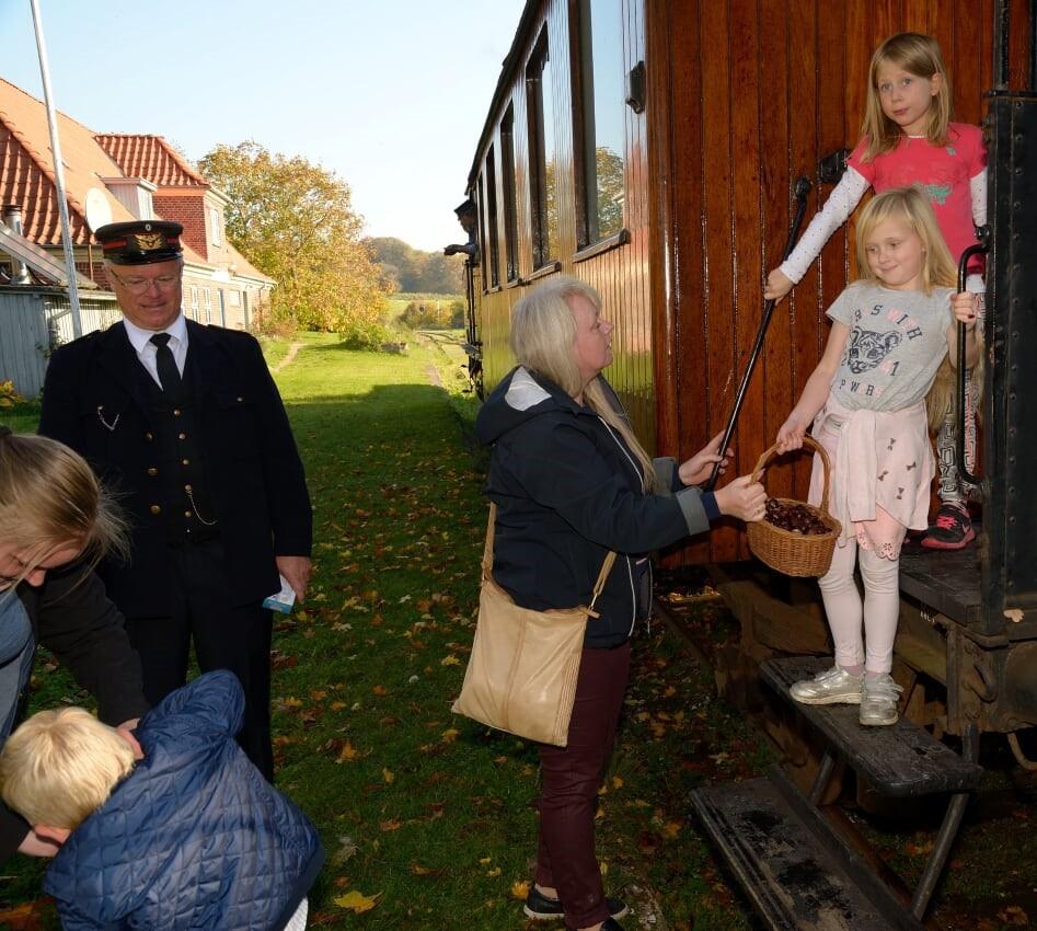 Veteranbanens-togfoerer-sammen-med-kastanjesamlerne.-Foto-Remi-Carsten-Lindby